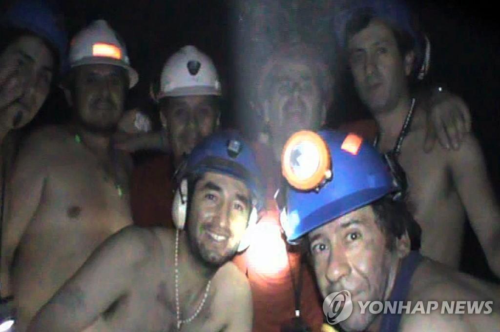 2010년 9월 지하 갱도에 갇혀 함께 사진 찍은 광부들