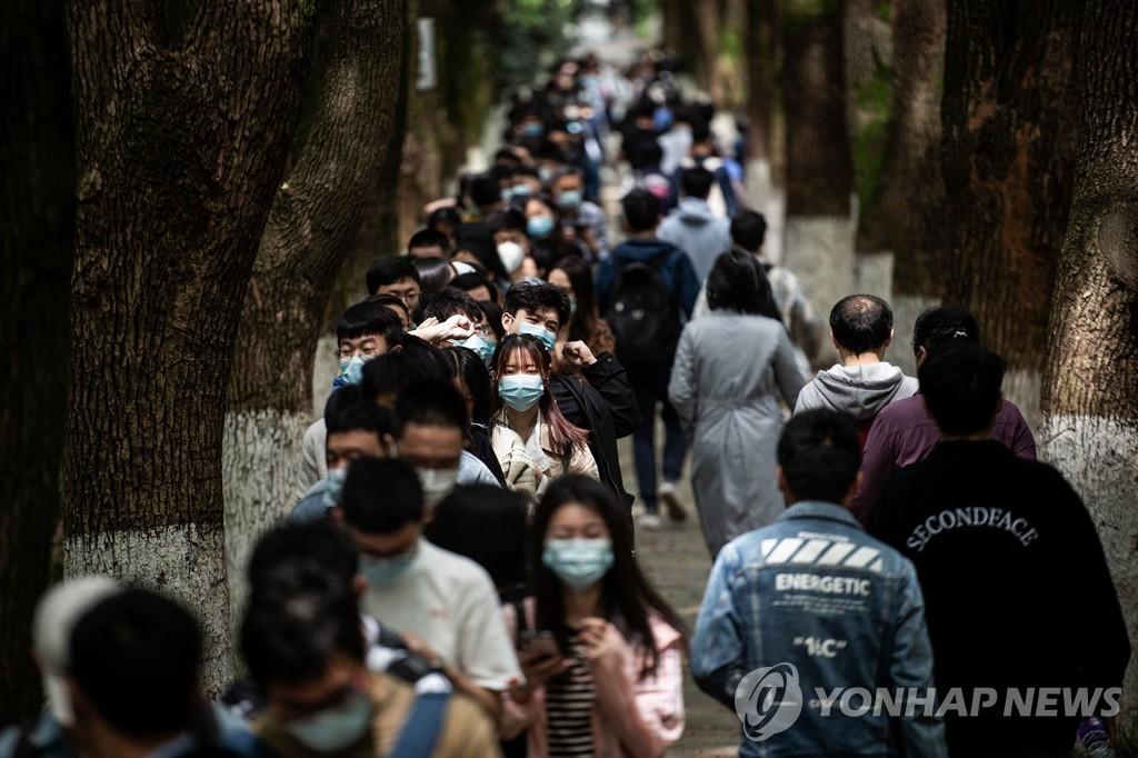 지난달 28일 중국 후베이성 우한의 한 대학에서 시노팜 신종 코로나바이러스 감염증(코로나19) 백신을 맞고자 줄선 대학생들. [AFP=연합뉴스 자료사진]