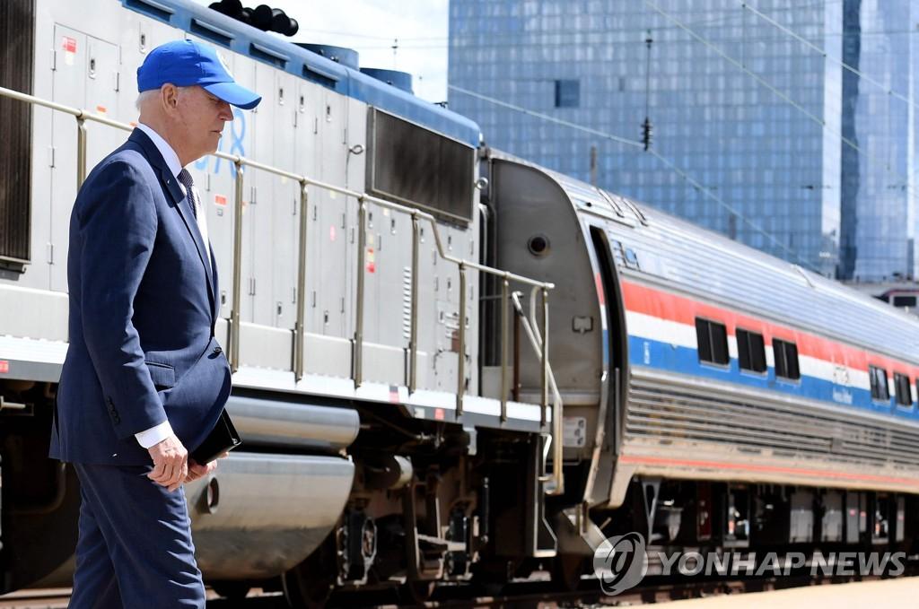 조 바이든 미국 대통령이 30일(현지시간) 필라델피아의 암트랙 30번가 역 승강장에 서 있다.