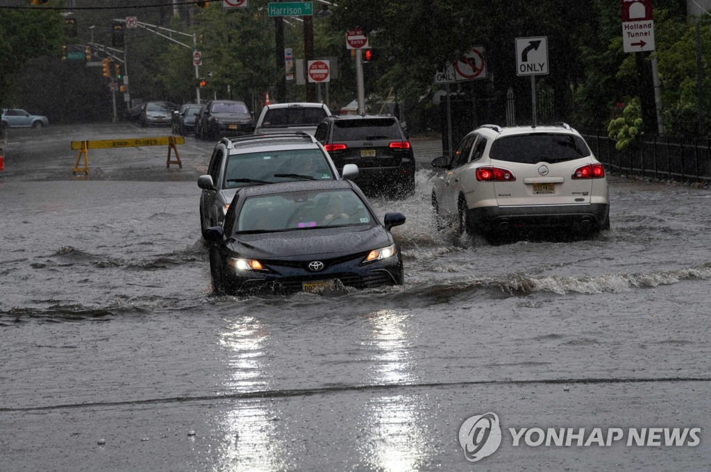 열대성 폭풍 헨리로 침수된 뉴저지주 호보켄의 도로
