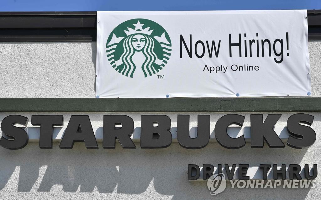 미국 캘리포니아주 글렌데일의 스타벅스 매장에 걸린 채용 공고
