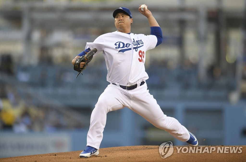 In this AFP file photo from May 30, 2019, Ryu Hyun-jin of the Los Angeles Dodgers delivers a pitch against the New York Mets in the top of the first inning of a Major League Baseball regular season game at Dodger Stadium in Los Angeles. (Yonhap)