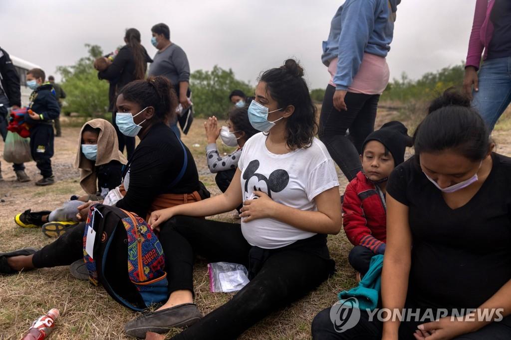 [AFP=연합뉴스 자료사진] 텍사스주에서 세관국경보호국에 단속된 불법이민자