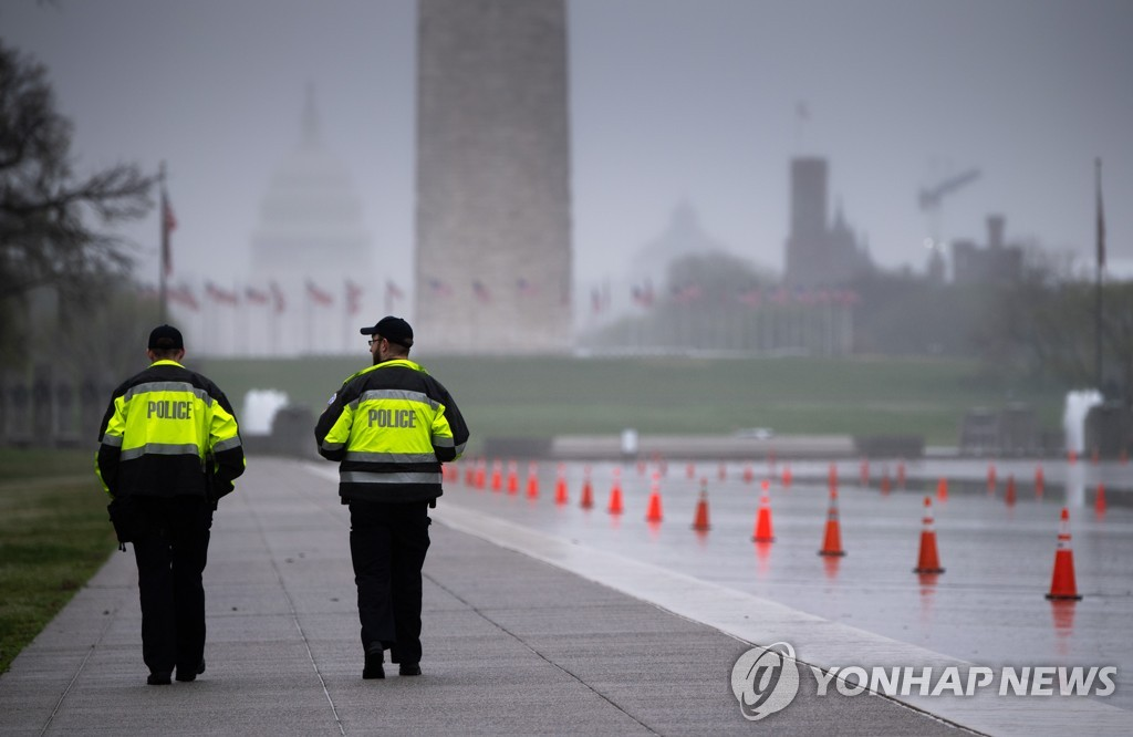 POLICE CLOSE NATIONAL MALL