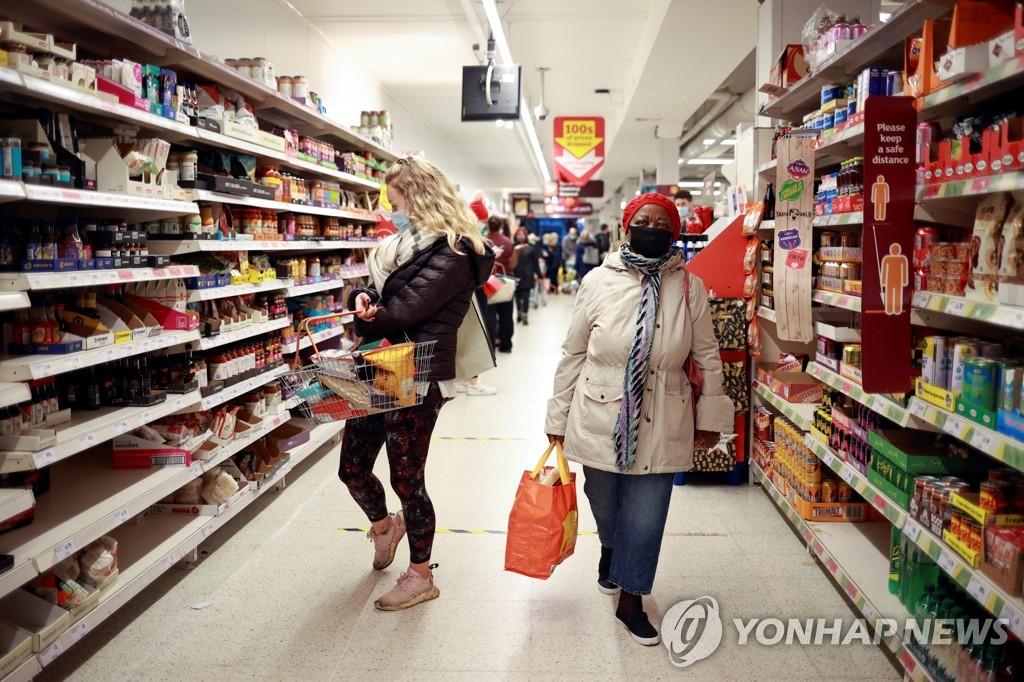 코로나바이러스 변종이 확산하고 있는 런던의 한 슈퍼마켓에서 쇼핑 중인 시민들 [로이터=연합뉴스]