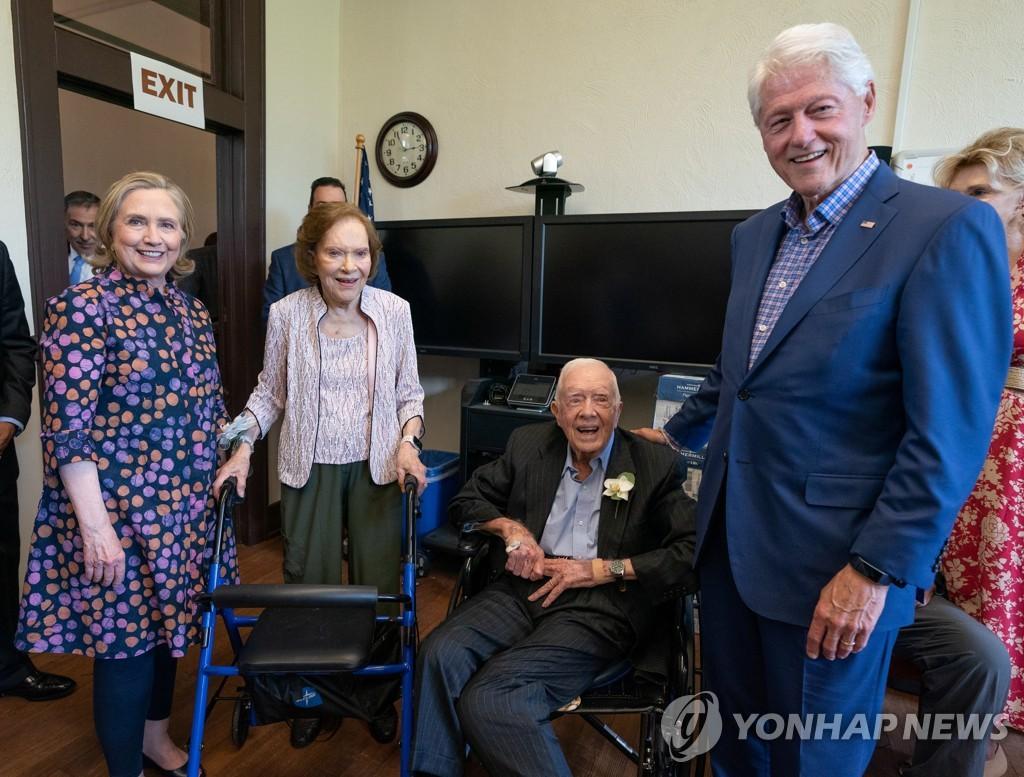 기념식 참석한 클린턴 부부와 사진 찍는 카터 부부