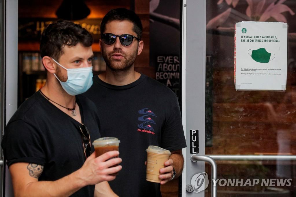 뉴욕 타임스퀘어 인근서 마스크를 쓴 시민과 쓰지 않은 시민 [로이터=연합뉴스]
