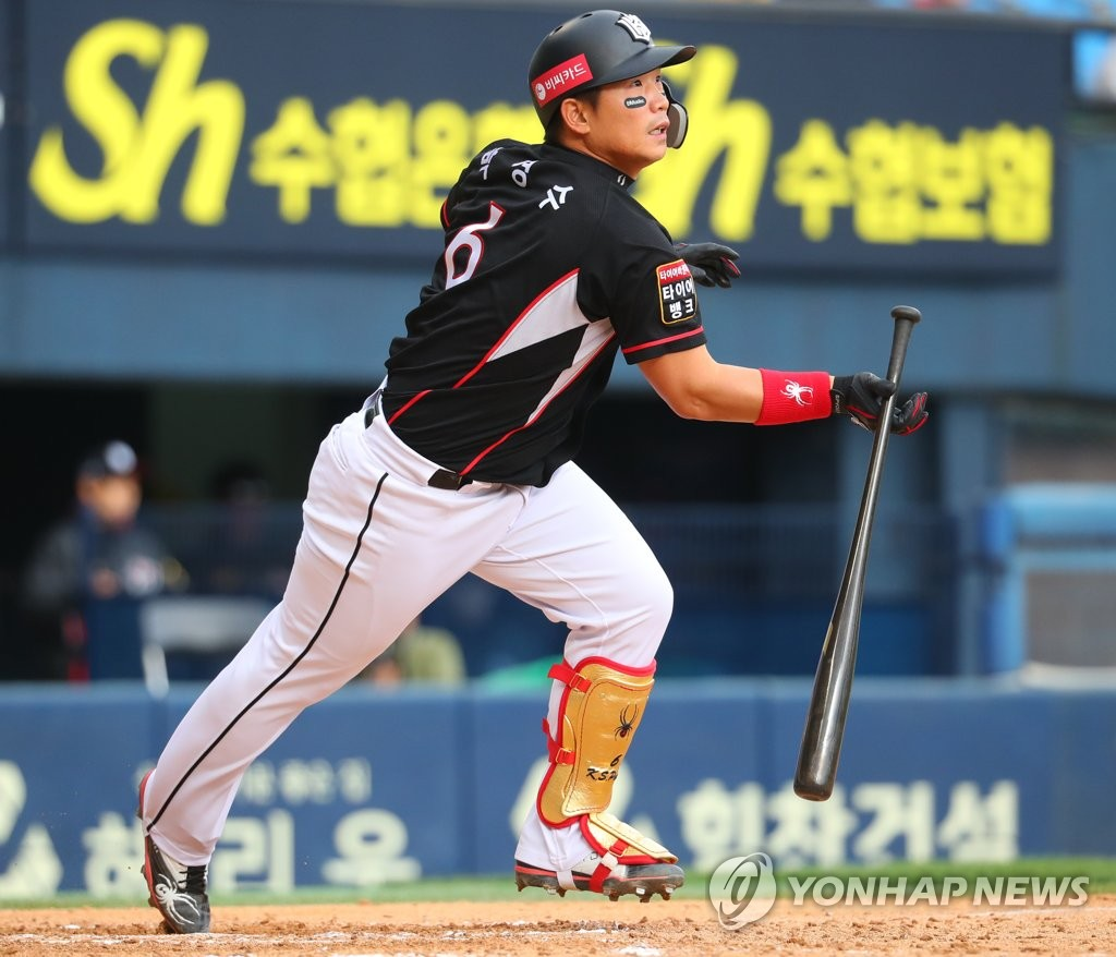 In this file photo from April 15, 2018, Park Kyung-su of the KT Wiz hits an RBI double against the LG Twins in the top of the eighth inning of a Korea Baseball Organization regular season game at Jamsil Stadium in Seoul. (Yonhap)