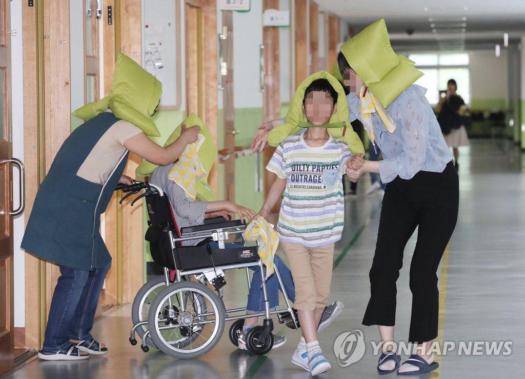 지진 대피 훈련하는 특수학교 학생들