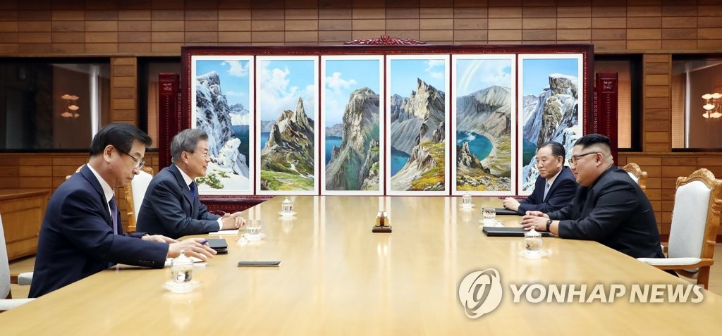 In this photo provided by Cheong Wa Dae, South Korean President Moon Jae-in (2nd from L) speaks with North Korean leader Kim Jong-un (R) during their summit at Tongilgak on the northern side of Panmunjom in the Demilitarized Zone on May 26, 2018. Next to Moon is South Korea's National Intelligence Service chief, Suh Hoon. To Kim Jong-un's right is Kim Yong-chol, a vice chairman of the central committee of the Workers' Party Korea and head of the North's United Front Department handling inter-Korean relations. (Yonhap)