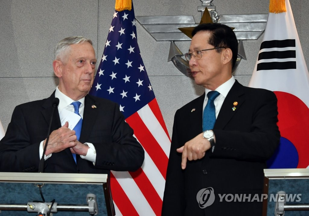 South Korean Defense Minister Song Young-moo (R) stands together with U.S. Secretary of Defense Jim Mattis in Seoul on June 28, 2018. (Joint press corps-Yonhap)
