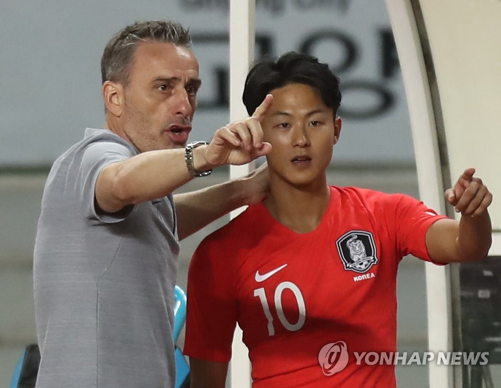 This file photo taken on Sept. 7, 2018, shows South Korea national football team head coach Paulo Bento (L) giving instructions to Lee Seung-woo during his team's international friendly match against Costa Rica in Goyang, north of Seoul. (Yonhap)