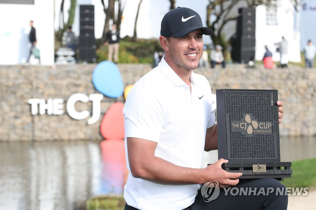 Brooks Koepka pose avec la trophée de la CJ Cup, le 21 octobre 2018, au Club at Nine Bridges à Seogwipo, sur l'île de Jeju.