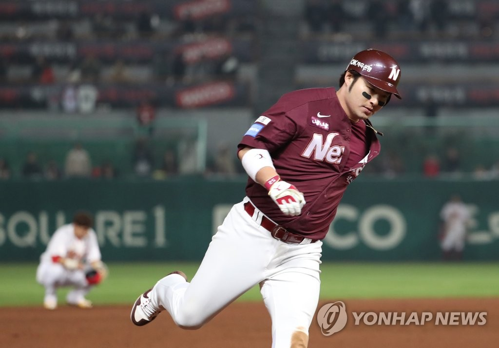 In this file photo taken on Nov. 2, 2018, Nexen Heroes slugger Park Byung-ho runs the bases after hitting a game-tying two-run homerun against the SK Wyverns in the top of the ninth inning of Game 5 of the second round playoff series in the Korea Baseball Organization at SK Happy Dream Park in Incheon. (Yonhap)