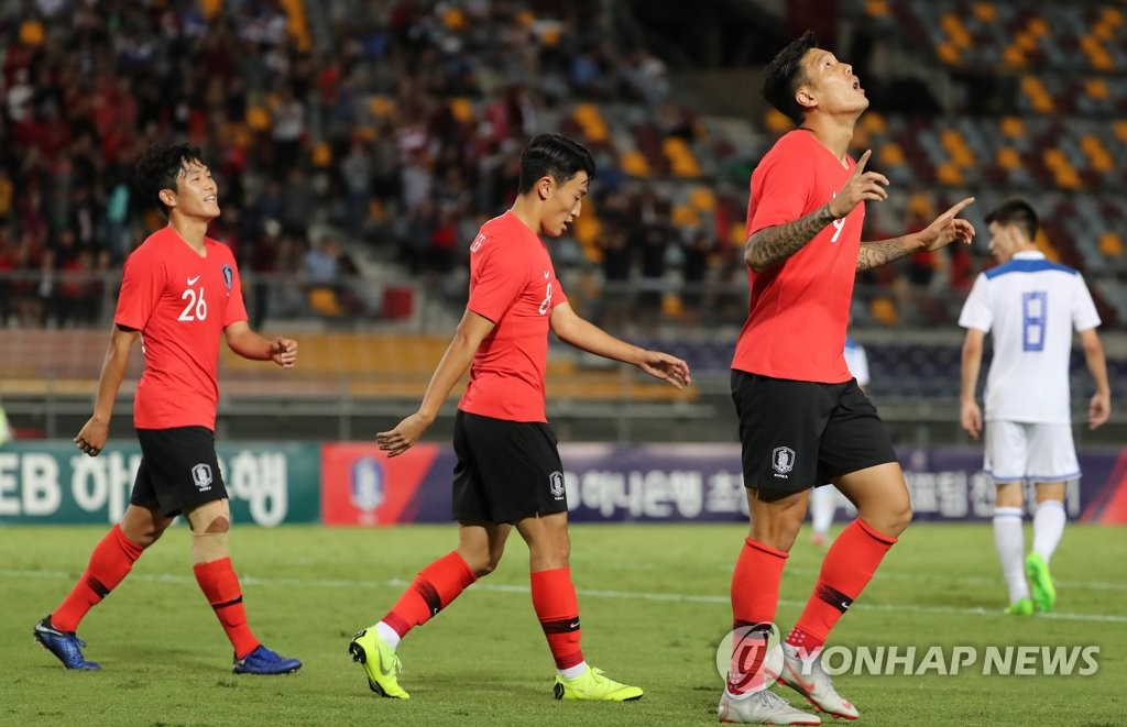 South Korea's Suk Hyun-jun (R) celebrates after scoring a goal in a friendly football match against Uzbekistan at the Queensland Sport and Athletics Centre (QSAC) in Nathan, a suburb of Brisbane, Australia, on Nov. 20, 2018. (Yonhap)