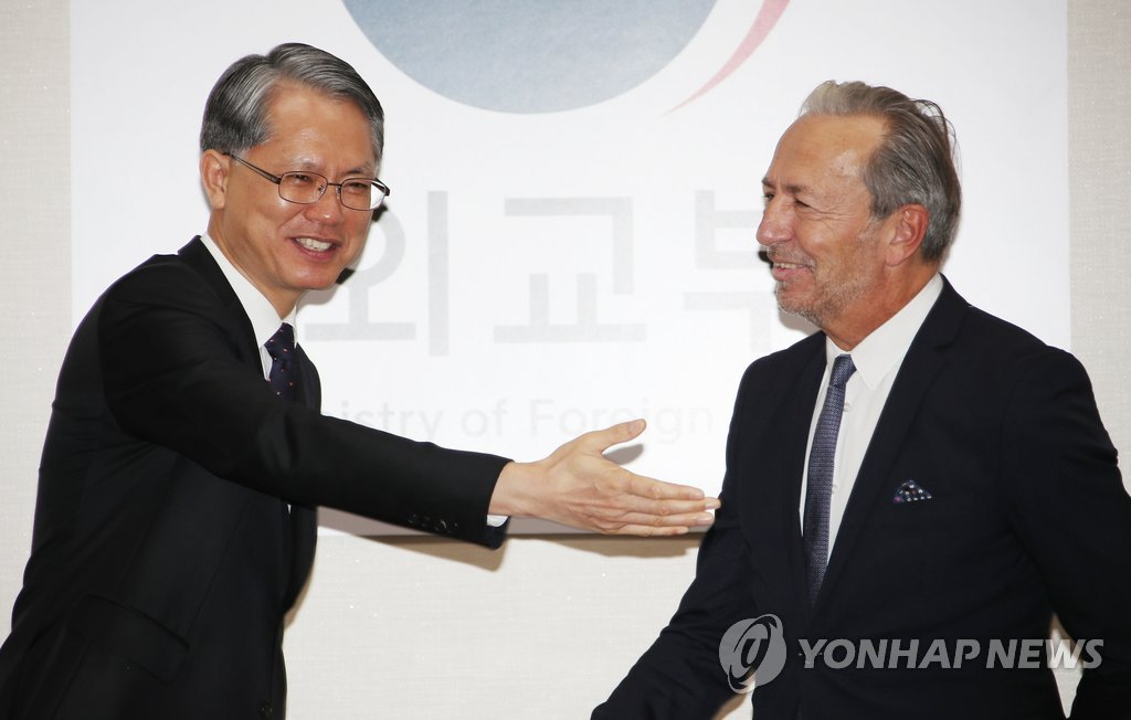 This photo, taken Nov. 26, 2018, shows South Korea's Deputy Foreign Minister for Multilateral and Global Affairs Kang Jeong-sik (L) and Massimo Aparo, a senior International Atomic Energy Agency official, ahead of their senior-level policy talks at the foreign ministry in Seoul. (Yonhap)