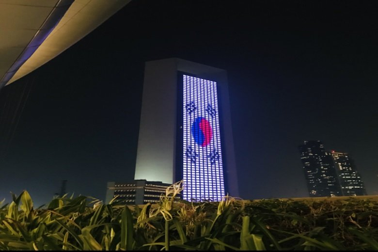 South Korea's national flag is displayed on a building in the UAE in commemoration of the Asian country's Liberation Day on Aug. 15, 2018, in this photo provided by Seoul's foreign ministry. (Yonhap)