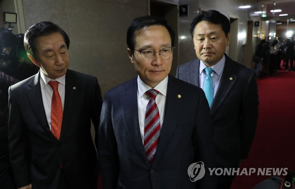 This photo, taken on Nov. 30, 2018, shows Hong Young-pyo (C), the floor leader of the ruling Democratic Party and his two opposition counterparts heading to an office of National Assembly Speaker Moon Hee-sang to discuss the government's 2019 budget proposal. (Yonhap)