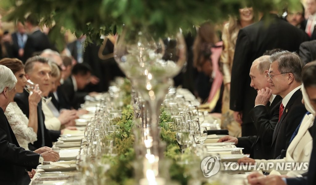 South Korean President Moon Jae-in (R) speaks with other global leaders at an official dinner of leaders at the Group of 20 summit held in Buenos Aires on Nov. 30, 2018. (Yonhap)