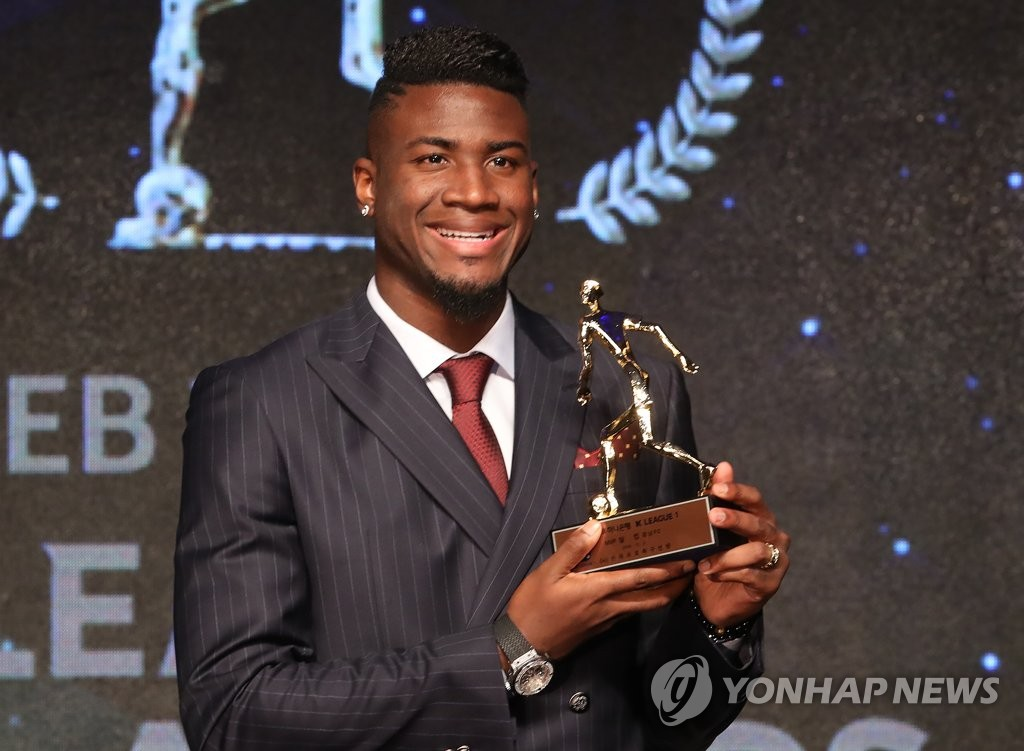 Gyeongnam FC's Brazilian striker Marcao celebrates with the K League 1 MVP trophy during the 2018 K League Awards at a Seoul hotel on Dec. 3, 2018. (Yonhap)