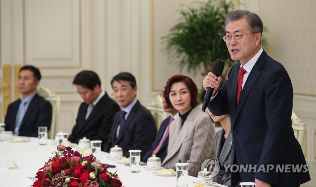 President Moon Jae-in (R) speaks in a meeting with officials and representatives from local donation groups held at his office Cheong Wa Dae in Seoul on Dec. 7, 2018. (Yonhap)