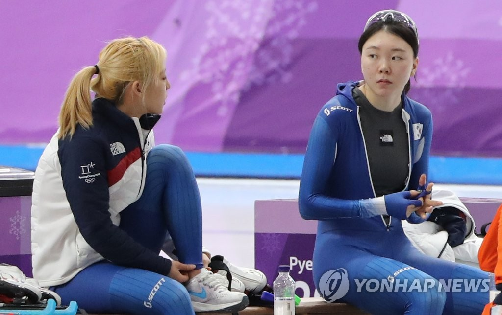 This file photo taken Feb. 21, 2018, shows South Korean speed skaters Kim Bo-reum (L) and Noh Seon-yeong at Gangneung Oval in Gangneung, some 230 kilometers east of Seoul, following their race at the 2018 PyeongChang Winter Olympics. (Yonhap)