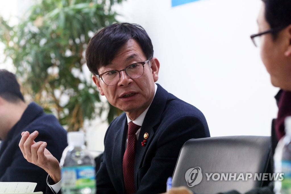 Kim Sang-jo, chairman of the Fair Trade Commission, holds a meeting with journalists in Daejeon, located about 160 kilometers south of Seoul, on Dec. 17, 2018. (Yonhap)