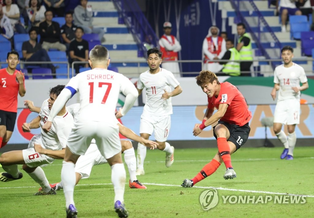 Hwang Ui-jo of South Korea (R) scores against the Philippines in the teams' Group C match of the Asian Football Confederation Asian Cup at Al Maktoum Stadium in Dubai, the United Arab Emirates, on Jan. 7, 2019. (Yonhap)
