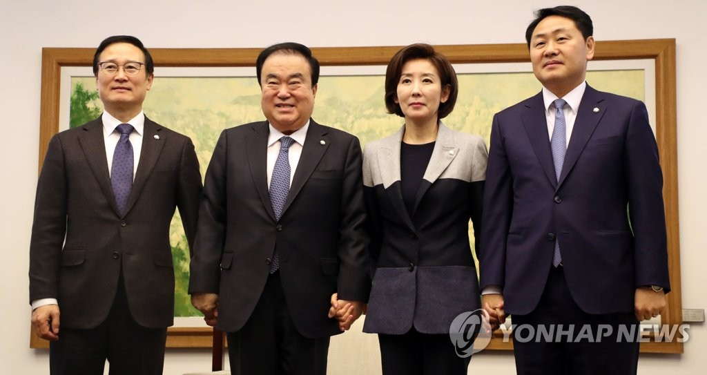 National Assembly Speaker Moon Hee-sang (2nd from L) and the floor leaders of South Korea's political parties pose for a photo ahead of their regular meeting at parliament on Jan. 14, 2019. (Yonhap)