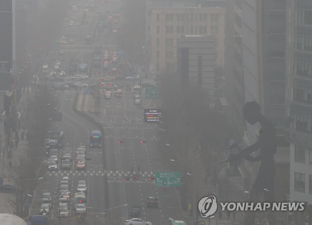 This picture taken Jan. 15, 2019, shows a major street in central Seoul through thick layers of dust particles. (Yonhap)