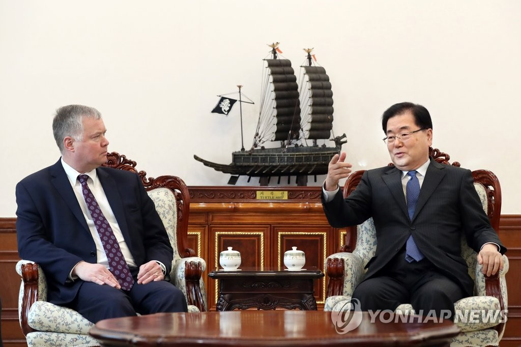 In this photo provided by Cheong Wa Dae, Chung Eui-yong (R), South Korea's top security adviser, speaks with Stephen Biegun, the U.S. special representative on North Korea, at the South Korean presidential office on Feb. 4, 2019. (Yonhap)