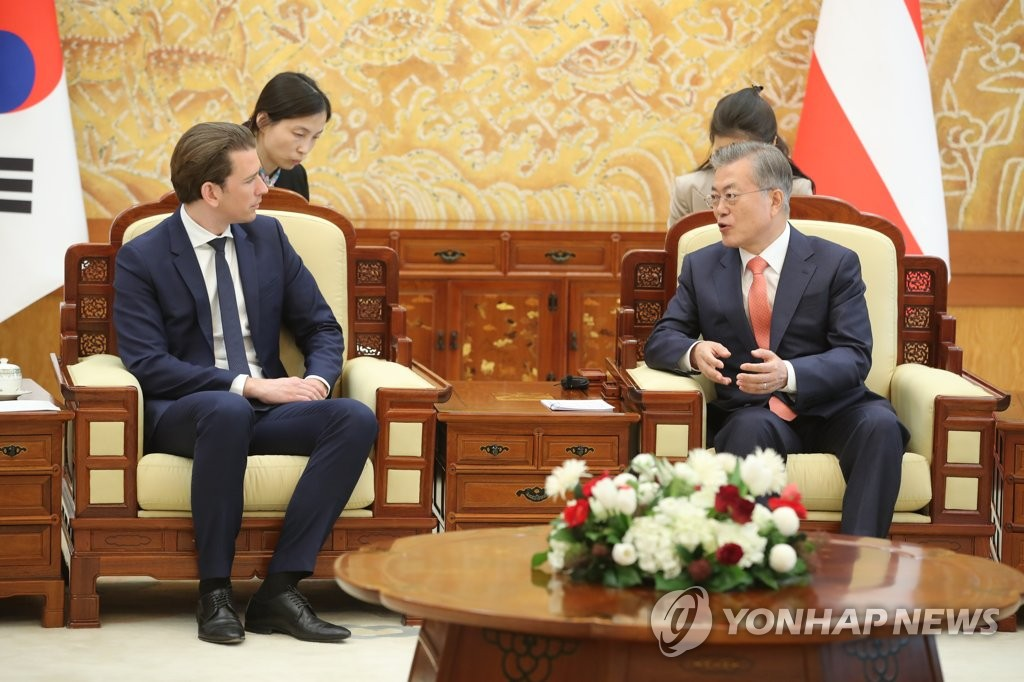 South Korean President Moon Jae-in (R) holds talks with the visiting chancellor of Austria, Sebastian Kurz, at his office Cheong Wa Dae in Seoul on Feb. 14, 2019. (Yonhap)