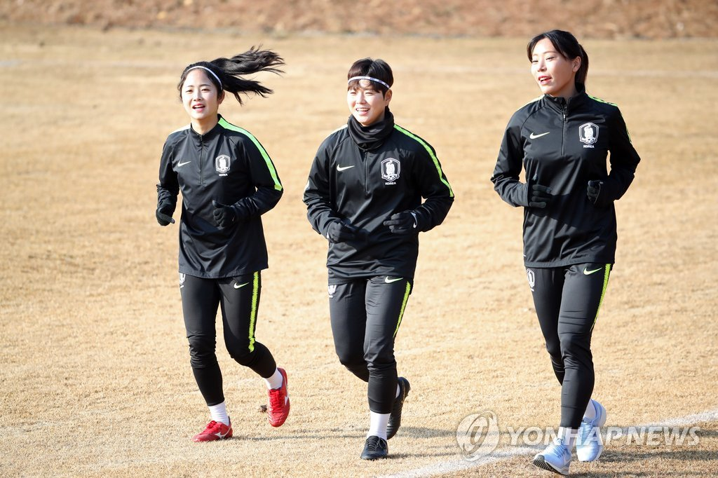 South Korea women's national football team midfielder Lee Min-a (L) trains with her teammates at the National Football Center in Paju, north of Seoul, on Feb. 21, 2019. (Yonhap)
