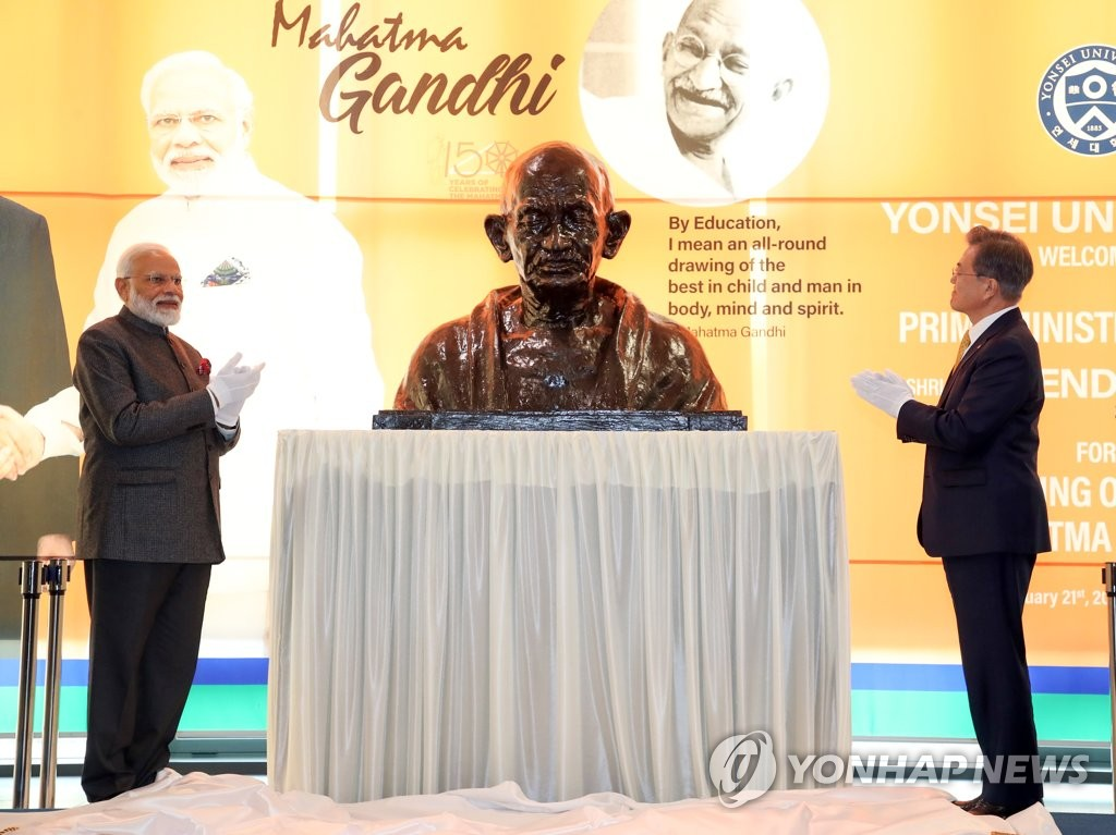 South Korean President Moon Jae-in (R) and Indian Prime Minister Narendra Modi jointly unveil a bust of late Indian leader Mahatma Gandhi in a ceremony held at Seoul's Yonsei University on Feb. 21, 2019 as part of India's global project to celebrate the 150th anniversary of the birth of Gandhi. (Yonhap)
