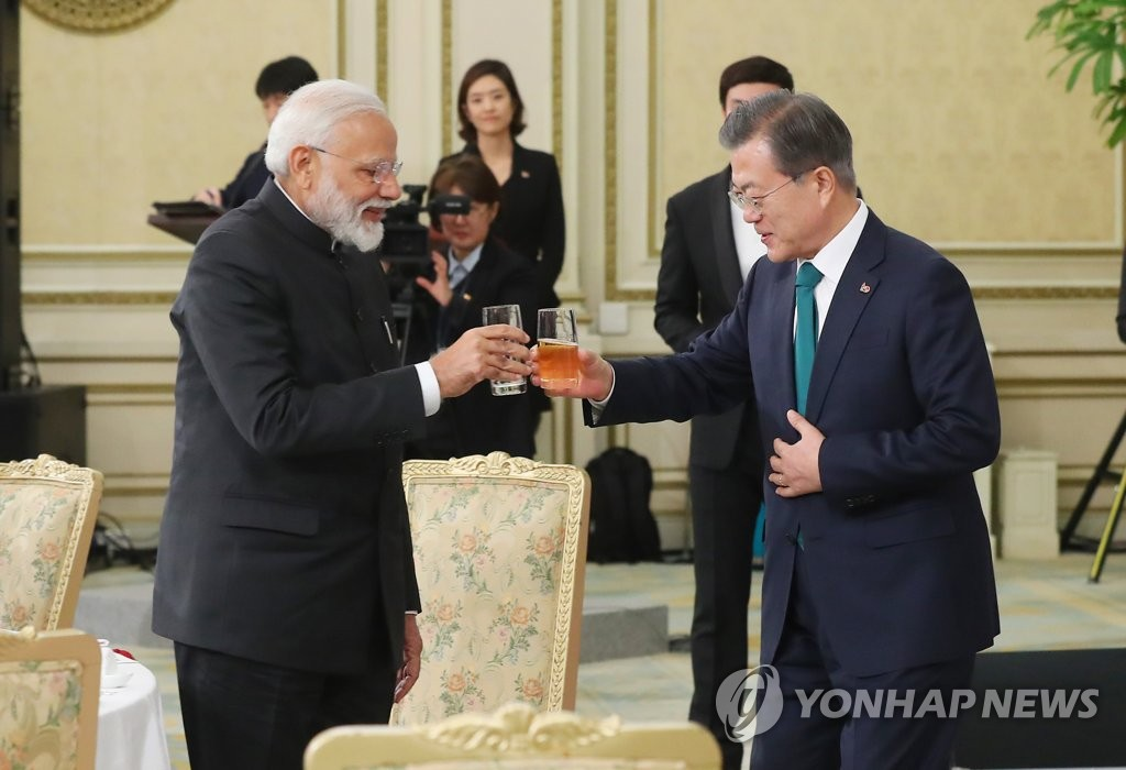 This file photo, taken on Feb. 22, 2019, shows President Moon Jae-in and Indian Prime Minister Narendra Modi toasting during a state luncheon at Cheong Wa Dae in Seoul. (Yonhap)
