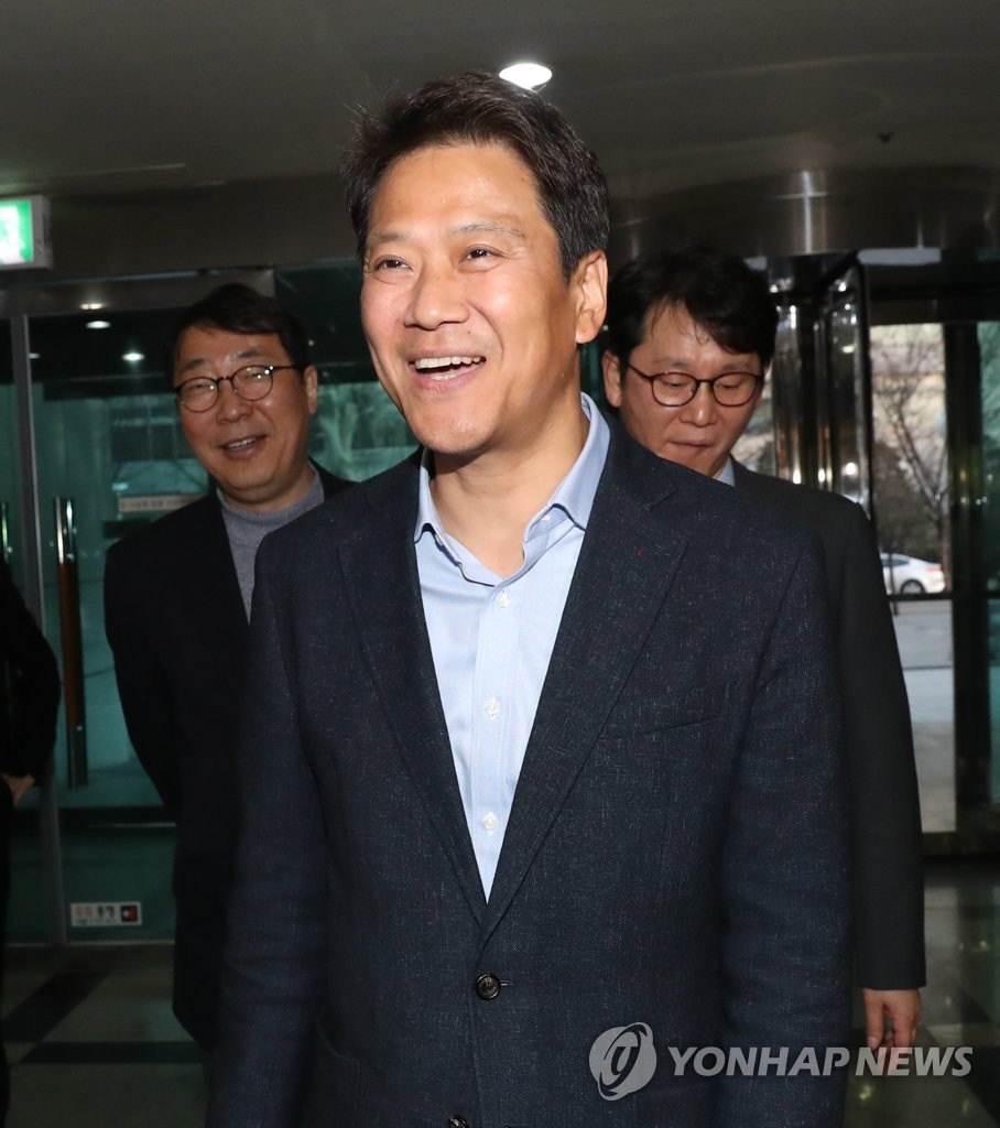 This file photo, taken March 7, 2019, shows Im Jong-seok, a former presidential chief of staff, entering a restaurant in Seoul. (Yonhap)