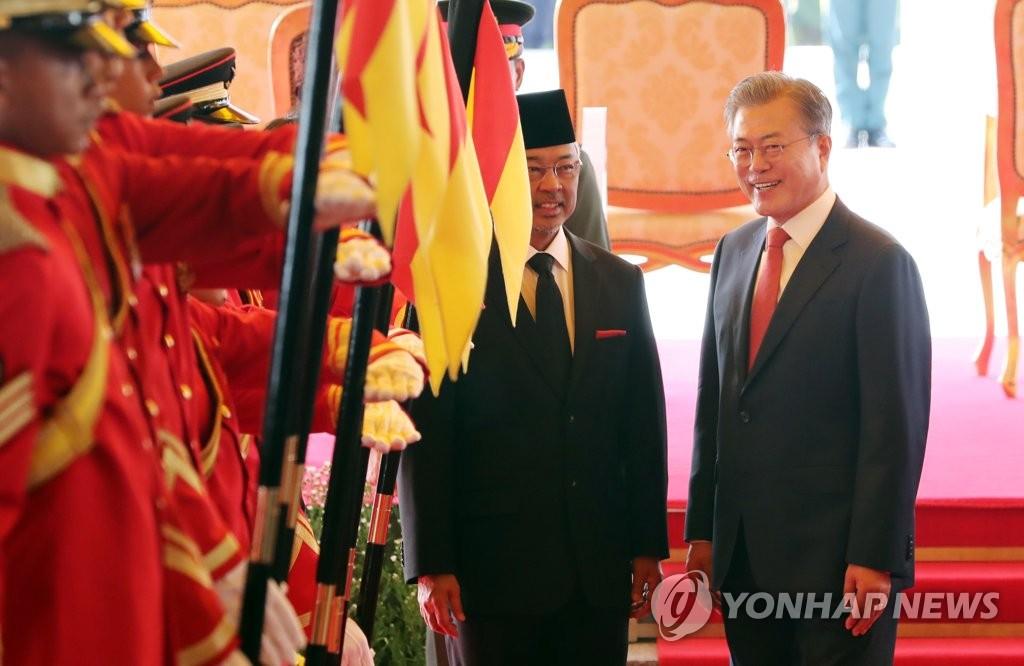 얘기 나누는 문 대통령과 말레이시아 압둘라 국왕