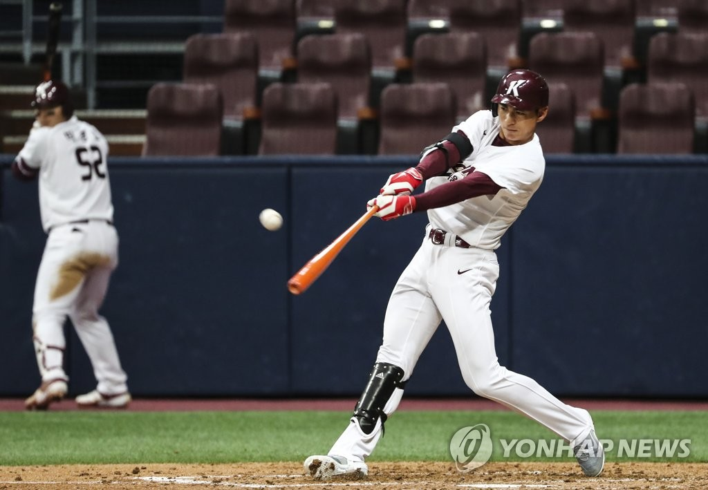 In this file photo from March 13, 2019, Lee Jung-hoo of the Kiwoom Heroes hits a two-run single against the LG Twins in the bottom of the third inning of a Korea Baseball Organization preseason game at Gocheok Sky Dome in Seoul. (Yonhap)