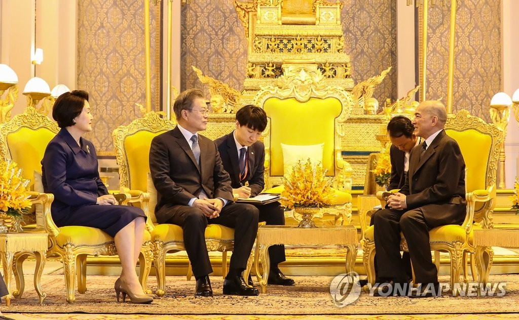 South Korean President Moon Jae-in (second from L) speaks with King Norodom Sihamoni of Cambodia (R) after attending a welcome ceremony hosted by the Cambodian monarch at his Royal Palace in Phnom Penh on March 15, 2019, to mark Moon's state visit to Cambodia. (Yonhap)