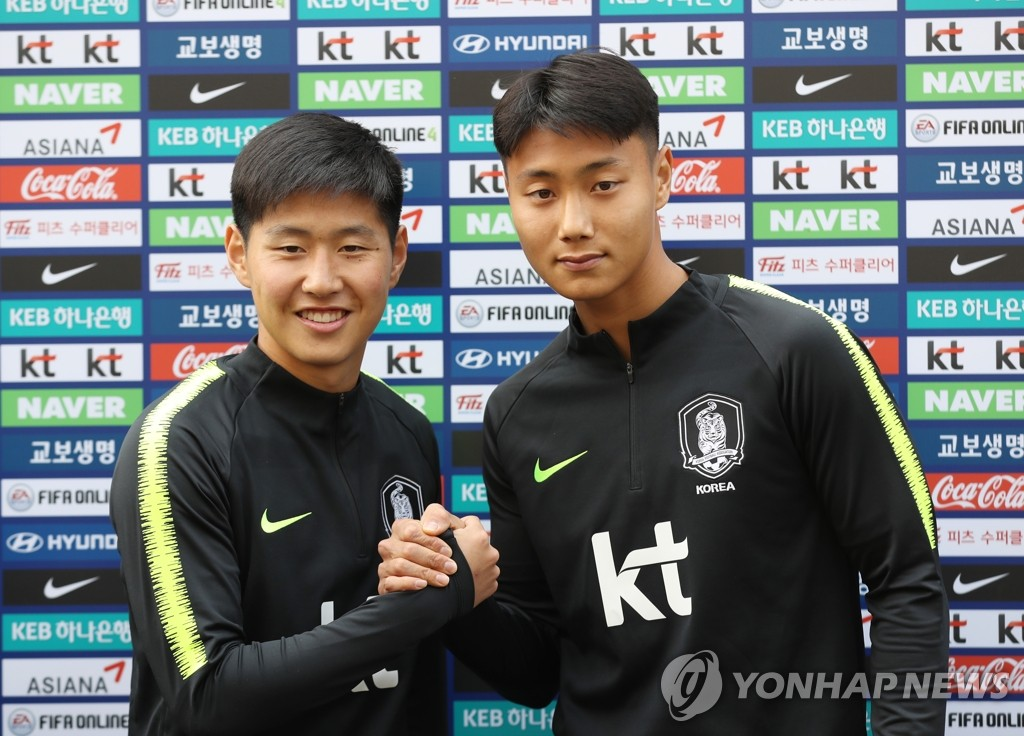 In this file photo taken March 19, 2019, South Korea national football team midfielders Lee Kang-in (L) and Paik Seung-ho pose for a photo ahead of training at the National Football Center in Paju, north of Seoul. (Yonhap)