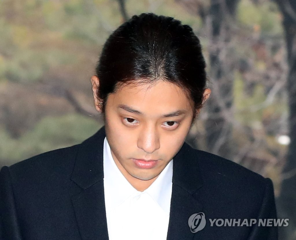 Singer Jung Joon-young walks into the Seoul Central District Court on March 21, 2019, to attend a hearing that will decide on his arrest on the charge of illegally filming and leaking his own sex videos. (Yonhap)