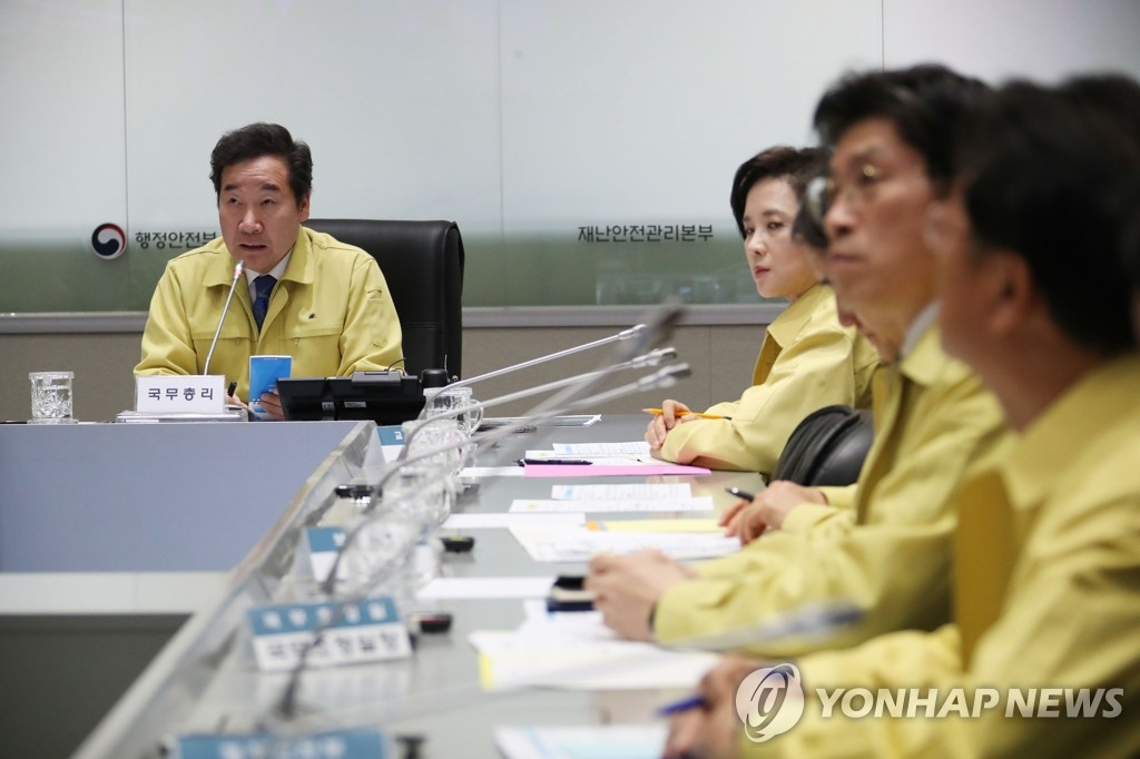 Prime Minister Lee Nak-yon (L) chairs an emergency meeting of related ministers at the government complex in Seoul on April 5, 2019, to discuss ways to tackle a devastating fire that began in the northeastern border town of Goseong and spread to nearby areas the previous day. (Yonhap)