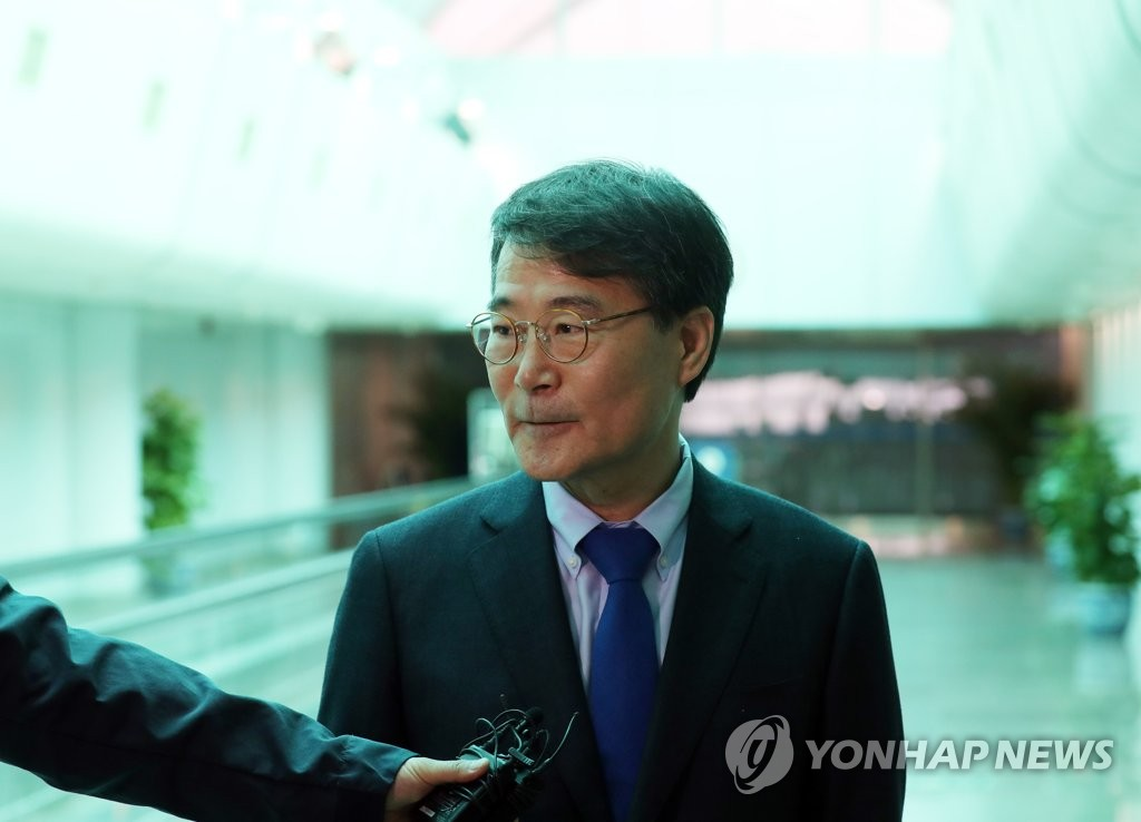 In this pool photo, Jang Ha-sung, the new South Korean ambassador to China, speaks to South Korean correspondents after arriving at Beijing Capital International Airport in Beijing on April 7, 2019. (Yonhap)