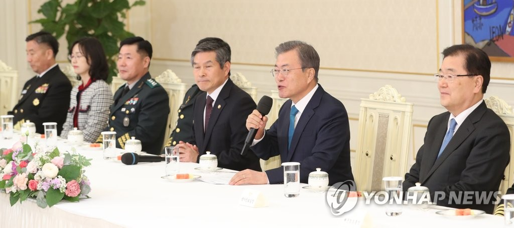 President Moon Jae-in meets with newly promoted military generals at Cheong Wa Dae on April 15, 2019. (Yonhap)