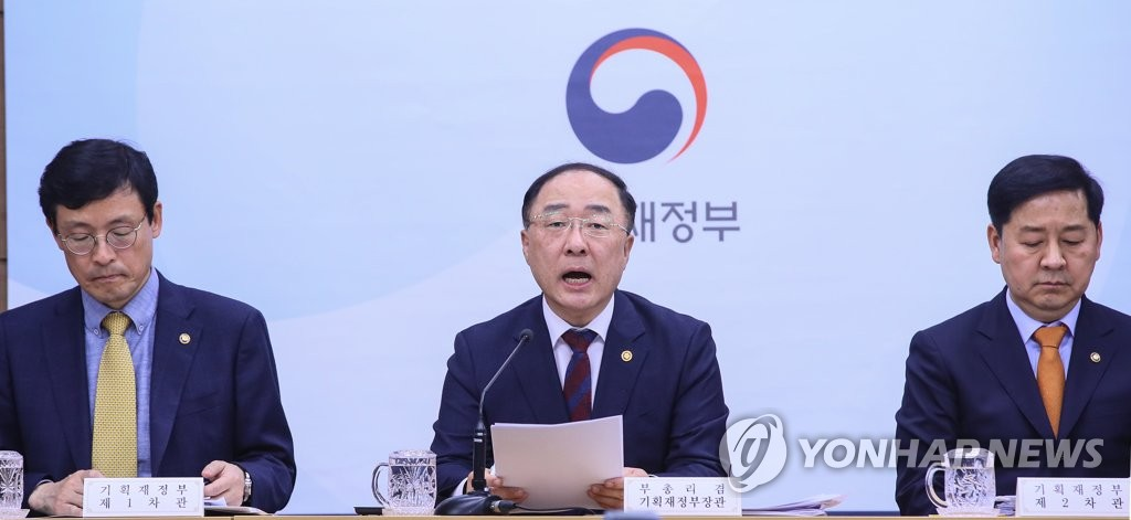 Finance Minister Hong Nam-ki (C) explains about the government's 6.7 trillion-won extra budget proposal during a press briefing in the administrative capital of Sejong on April 24, 2019. (Yonhap)