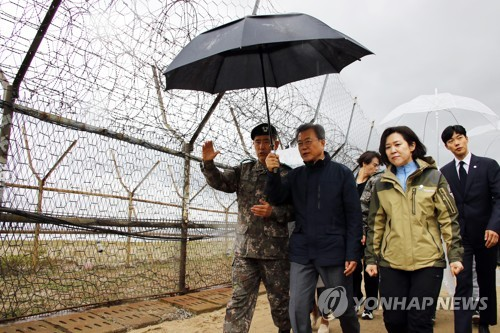 DMZ 평화의 길 걷는 문 대통령