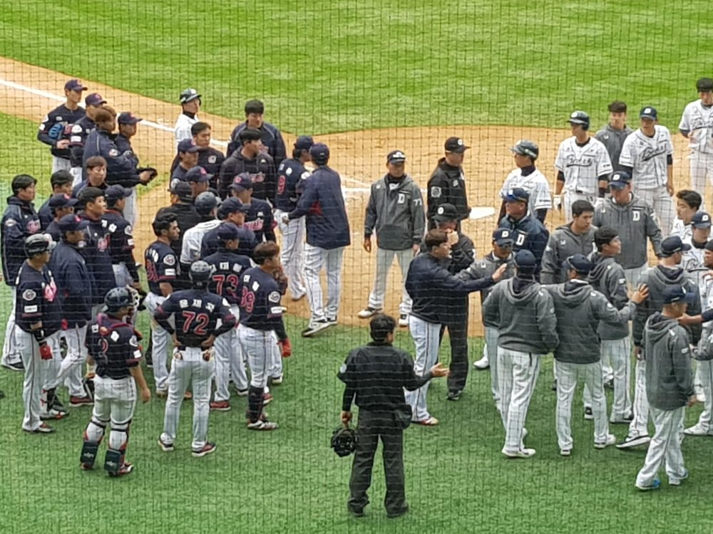 Players and coaches of the Lotte Giants (L) and Doosan Bears cleared the benches in the bottom of the eighth inning of a Korea Baseball Organization regular season game at Jamsil Stadium in Seoul on April 28, 2019. (Yonhap)