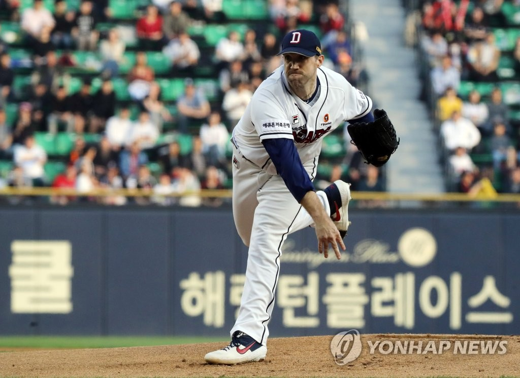 Josh Lindblom of the Doosan Bears throws a pitch against the LG Twins in a Korea Baseball Organization regular season game at Jamsil Stadium in Seoul on May 3, 2019. (Yonhap)