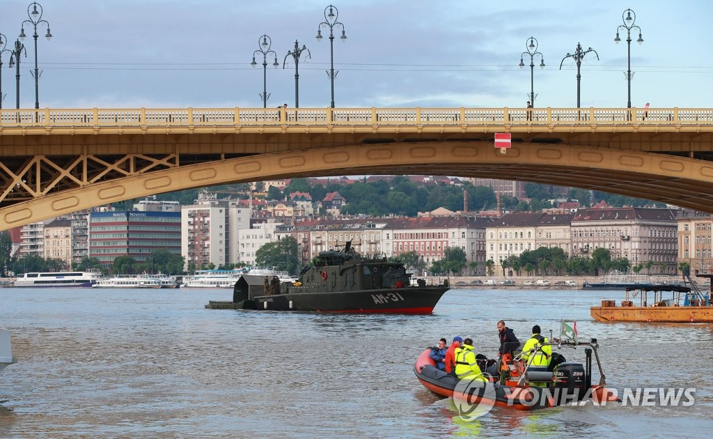 Hungarian military and police carry out operations to rescue victims of this week's tourist boat sinking in the Hungarian capital, Budapest, on May 31, 2019. (Yonhap)