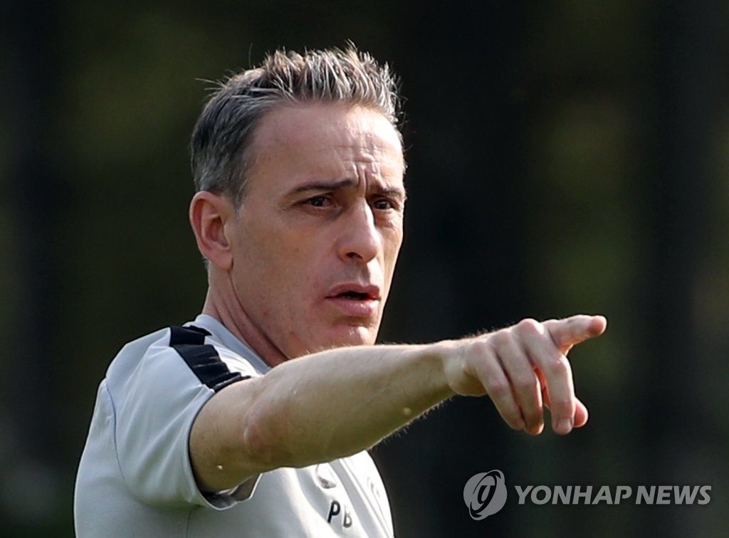 South Korean men's national football head coach Paulo Bento points toward the field at the National Football Center in Paju, Gyeonggi Province, during his team's practice on June 3, 2019. (Yonhap)